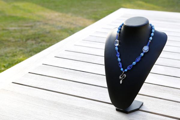 Halsketting met glas-, keramieke kralen en kristallen (blauw)