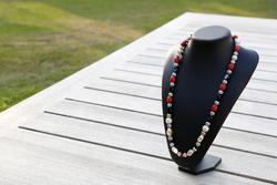 Halsketting acryl- en metaalkralen (rood, zwart en gebroken wit)