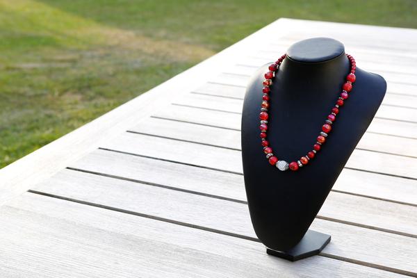Halsketting met keramieke kralen (rood)