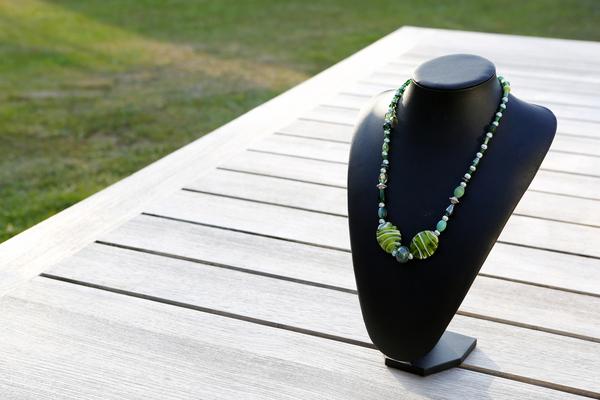 Halsketting met glas- en aluminium kralen (op z'n groen)
